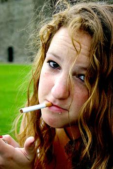 dívka s cigaretou