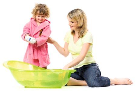 scéna koupání dítěte