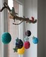 K výrobě famózní velikonoční dekorace stačí bavlnka a obyčejná větev